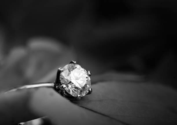 golden bague en diamant - diamant pierre précieuse photos et images de collection