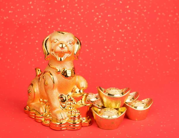 statue de chien d'or sur papier rouge - Photo