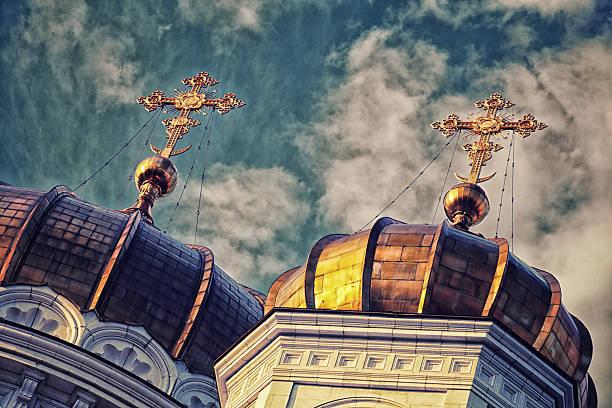 goldene kuppeln der russisch-orthodoxe kirche mit blauer himmel - russisch orthodoxe kirche stock-fotos und bilder