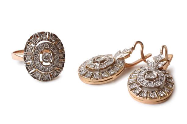 goldene ohrringe und ring mit diamanten - altes schmuckkunsthandwerk stock-fotos und bilder