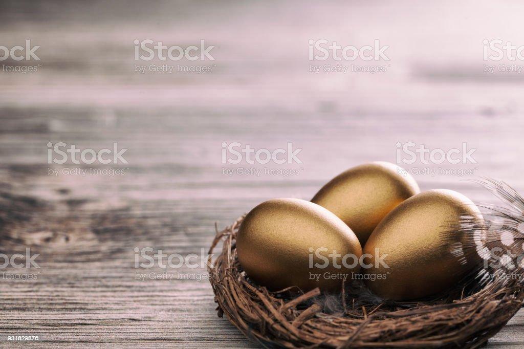 Œufs de Pâques d'or sur table - Photo