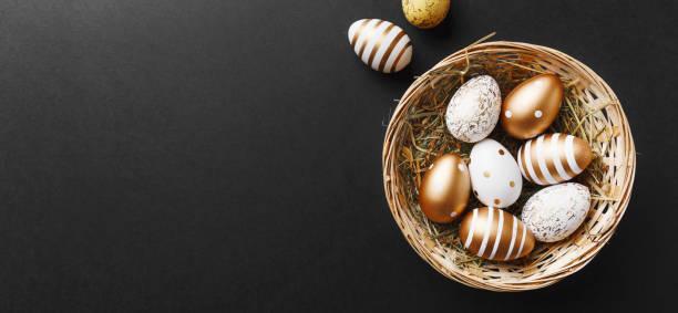 золотые яйца на черном фоне - white background стоковые фото и изображения