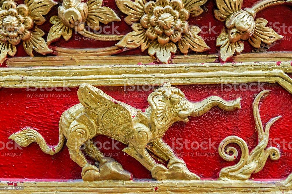 Parete Doro : Elefante doro con fiori ali e artigli dellrosso sulla parete foto