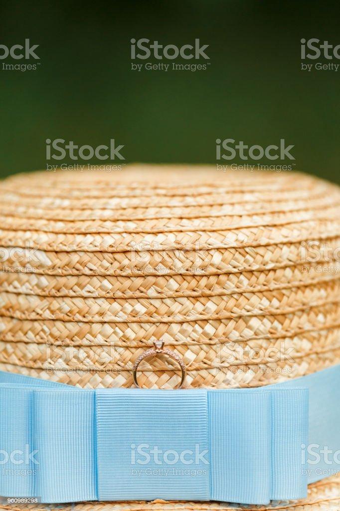Goldenen Verlobungsring mit Diamanten auf der Canotier Hut liegen - Lizenzfrei Band Stock-Foto