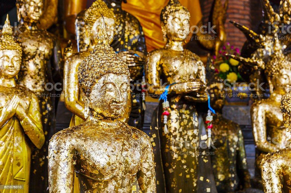 Golden foil on a buddha statue in temple photo libre de droits