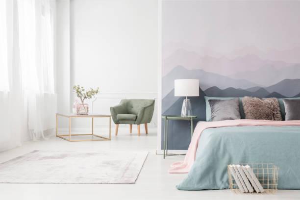 goldrahmen tisch und sessel - schick moderne schlafzimmer stock-fotos und bilder