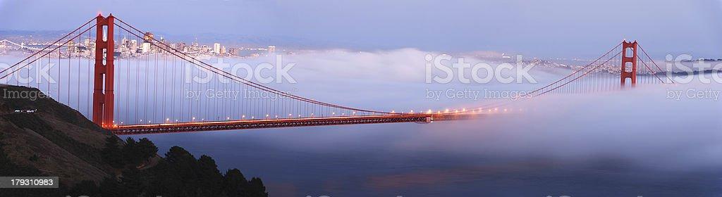 Golden Gate-Brücke in foggy Dämmerung (panorama - Lizenzfrei Abenddämmerung Stock-Foto