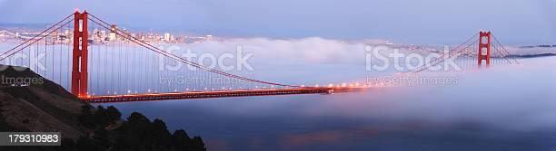 Golden Gatebrücke In Foggy Dämmerung Panorama Stockfoto und mehr Bilder von Abenddämmerung