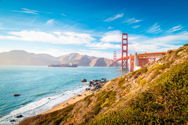 Golden Gate Bridge mit Frachtschiff bei Sonnenuntergang, San Francisco, Kalifornien, USA – Foto