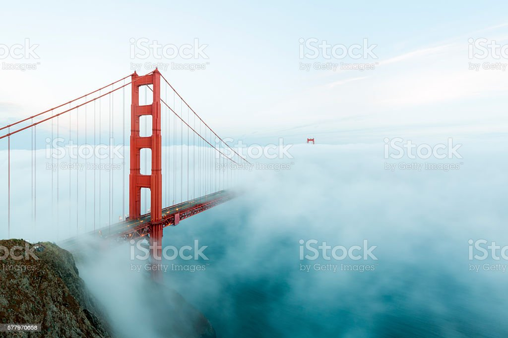 Golden Gate Bridge con niebla baja, San Francisco - foto de stock