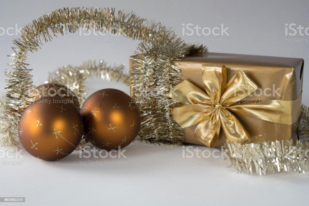 Weihnachtskugeln Kupfer.Goldenen Geschenkbox Mit Schleife Weihnachtskugeln Kupferkette Vor Weißem Hintergrund Stockfoto Und Mehr Bilder Von Band