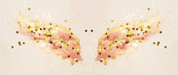 golden glitter und glitzernden sternen auf abstrakte rosa aquarell flügeln in vintage nostalgische farben. - rosa glitzer nägel stock-fotos und bilder