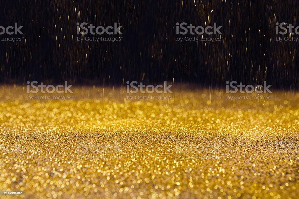 Golden glitter sand rain texture on black, abstract background. foto de stock royalty-free