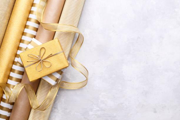 Goldene glänzende Packpapierrollen – Foto