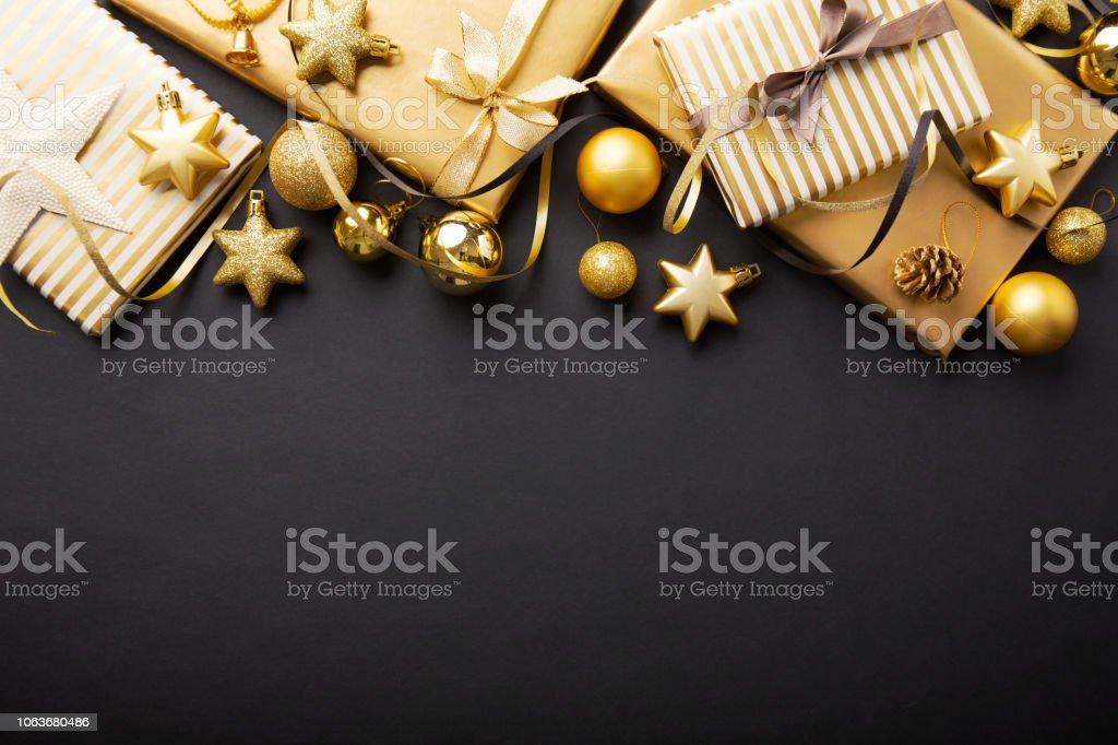Golden golden christmas deco on black - Стоковые фото Ёлочные игрушки роялти-фри
