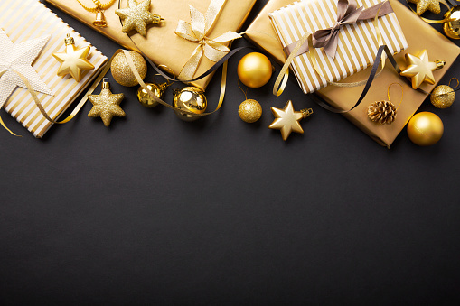 Golden Golden Christmas Deco On Black — стоковые фотографии и другие картинки Ёлочные игрушки