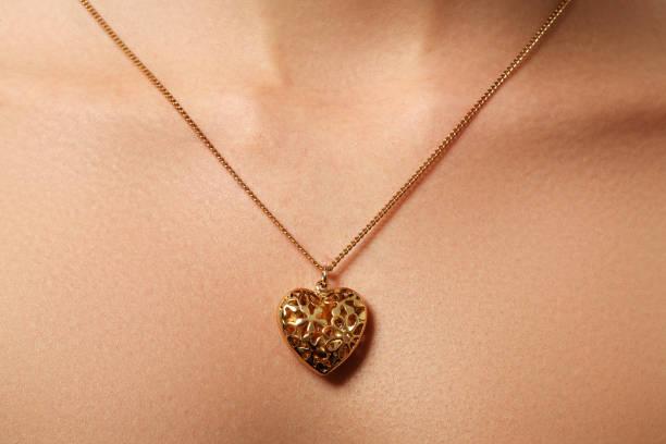 golden heart pendant. beauty and jewelry concept. woman wearing - porta retrato imagens e fotografias de stock