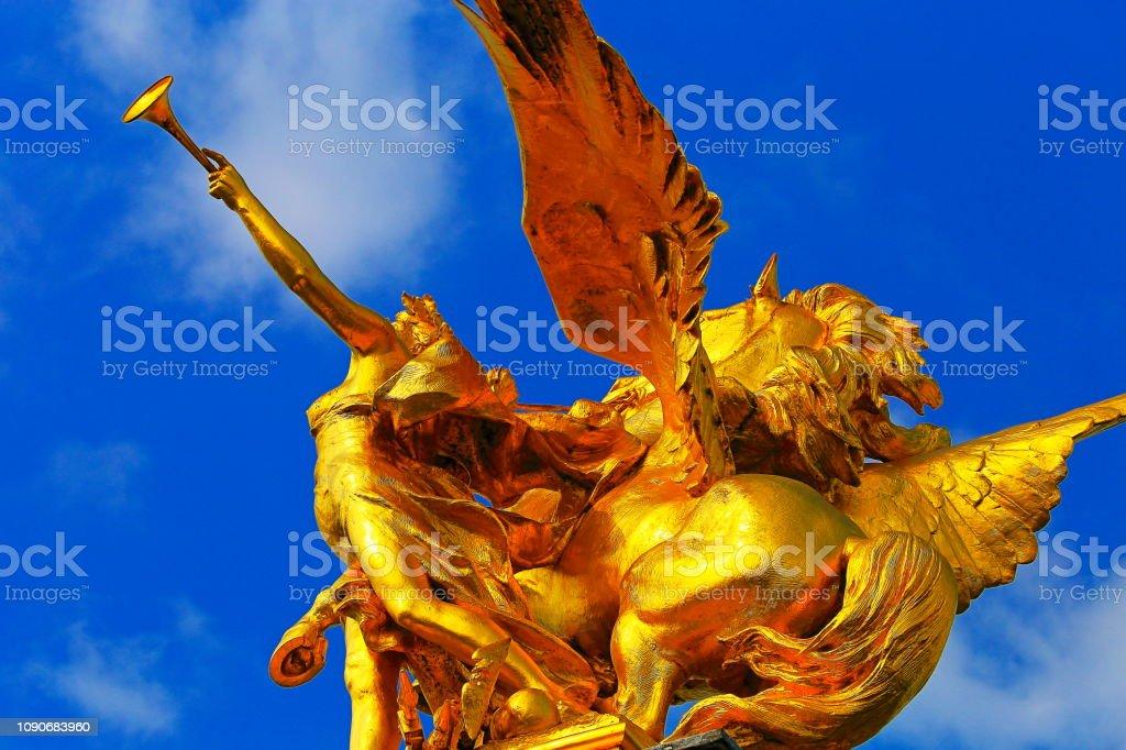 Detalhe cavalo e guerreiro dourado de Pont Alexandre III ao nascer do sol – Paris, França - foto de acervo