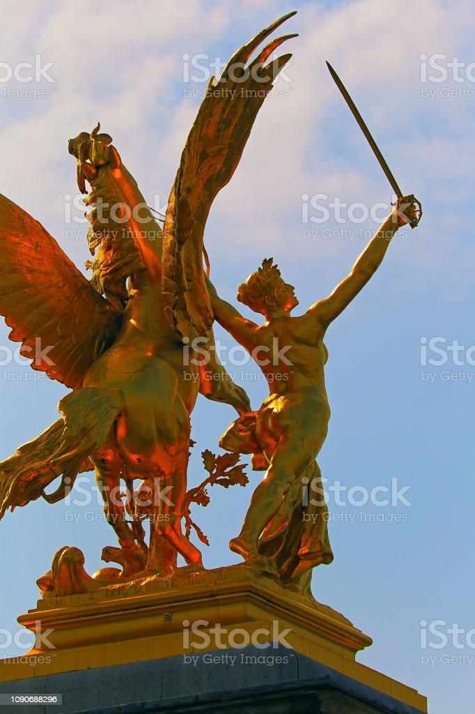 Golden Horse e guerreiro com espada, detalhe de Pont Alexandre III-Paris, França - foto de acervo