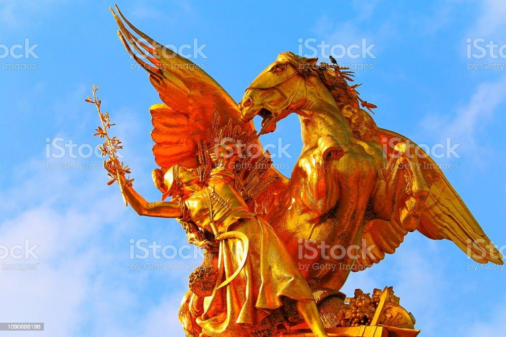 Detalhe de cavalo dourado de Pont Alexandre III ao nascer do sol – Paris, França - foto de acervo