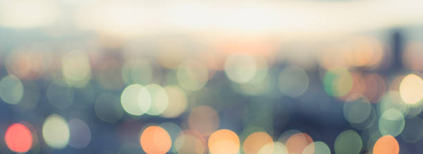 gouden uur hemel met uitzicht op de stad op het dak achtergrond wazig met stadsgezicht business corporate kantoorgebouw landschap wazig twilight nacht lichten skyline nachtleven bokeh voor de avond van de partij - happy hour stockfoto's en -beelden