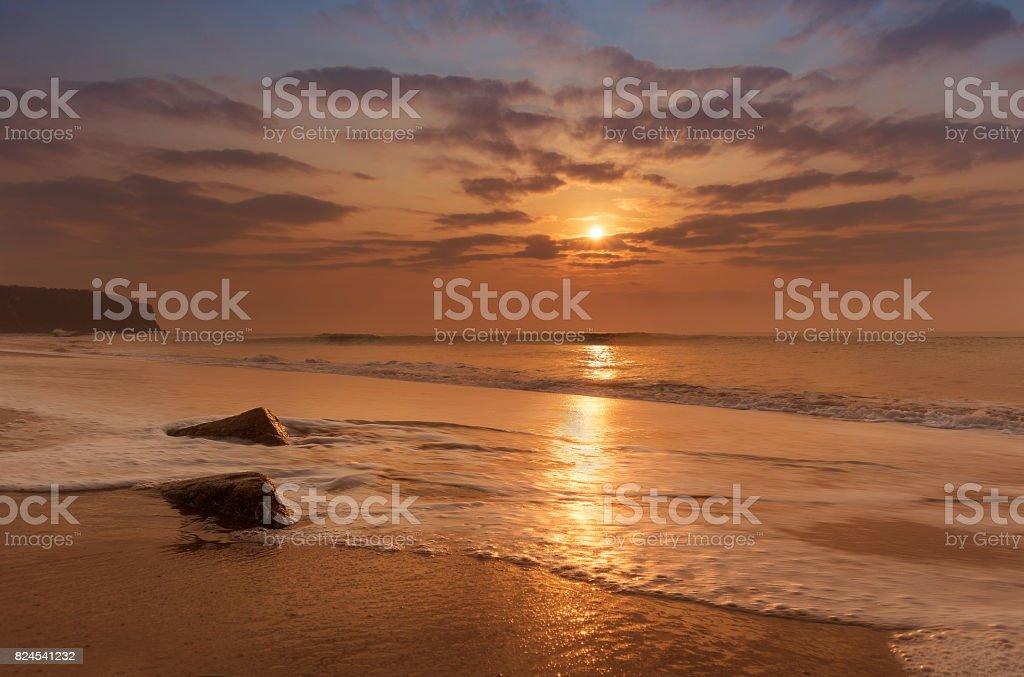 Hora de ouro por do sol na praia de cabo ledo, angola - foto de acervo