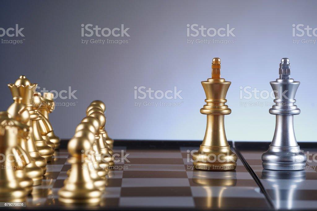 Roi d'or face à roi argent set d'échecs sur fond dégradé - leadership, équipe, notion de réussite et d'affaires photo libre de droits