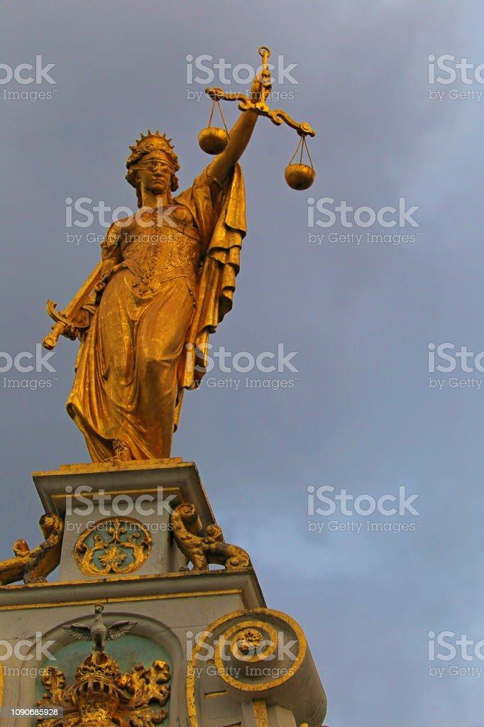 Iustitia dourado acima do antigo palácio da justiça de Bruges, Bélgica - foto de acervo