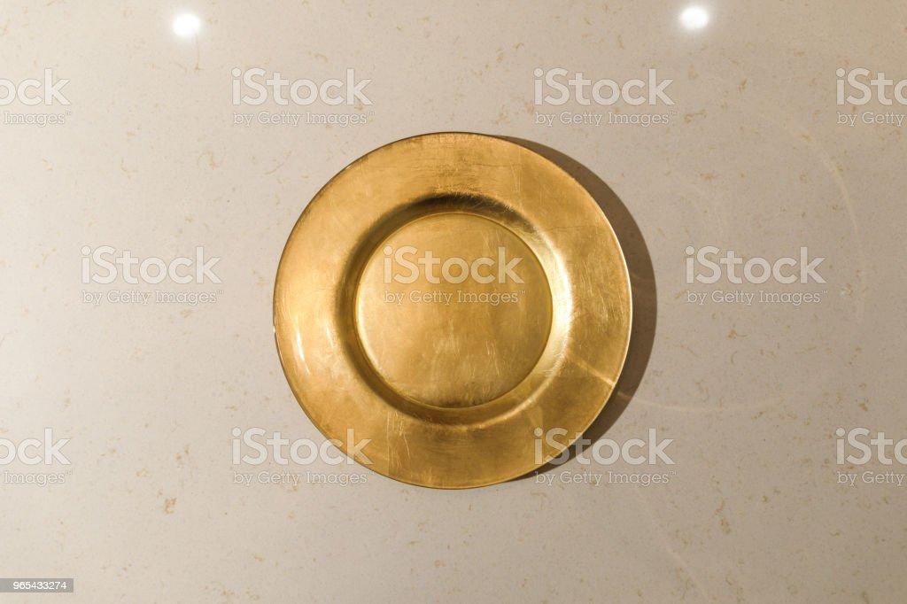 Plaque en métal doré sur table lumineuse - Photo de Aliment libre de droits