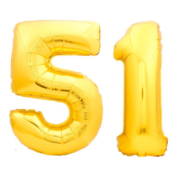 número 51 cincuenta y uno de oro hecha de globo inflable - numero 51 fotografías e imágenes de stock