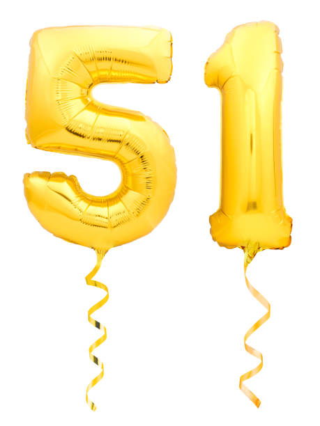 dorado número 51 cincuenta y uno de globo inflable con cinta sobre fondo blanco - numero 51 fotografías e imágenes de stock