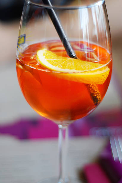 golden orange mit aperol sprizz rum-cocktail - sprizz stock-fotos und bilder