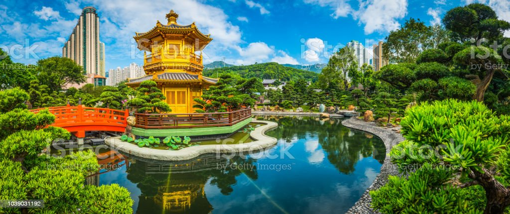 Goldene Pagode im Park unter Wolkenkratzern Panorama Hong Kong China – Foto