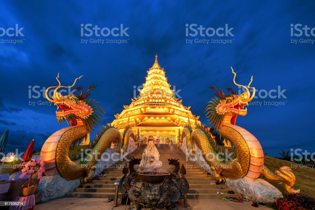 Golden Pagoda nine tier with dragon texture at Chinese temple - wat hyua pla kang , Chiang Rai,northern of Thailand - foto stock