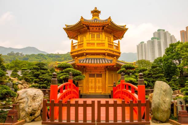 golden pavilion in nan lian garden and skyscrapers of hong kong - lian empty imagens e fotografias de stock
