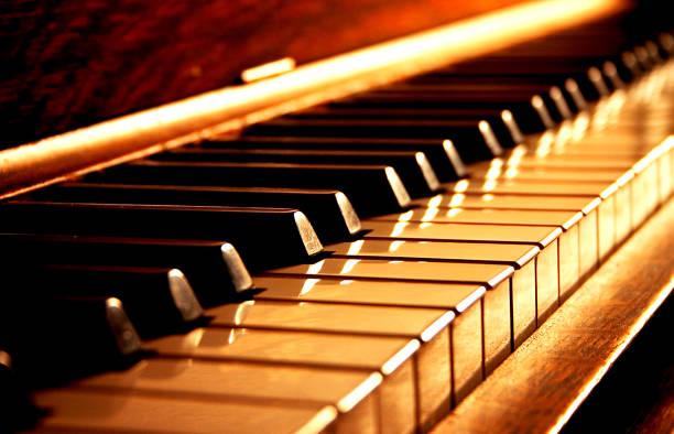 touches du piano d'or - piano photos et images de collection