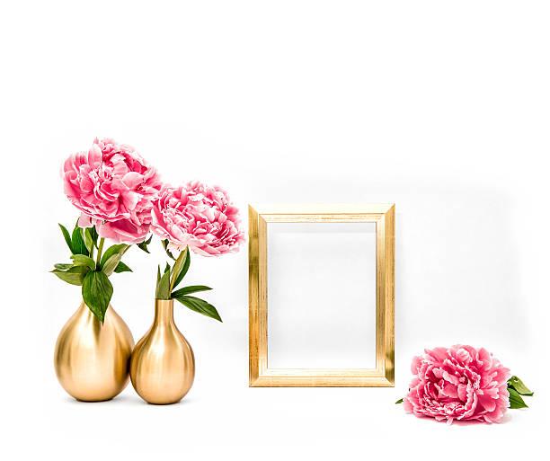goldene bilderrahmen rosa pfingstrose blumen. minimalistische dekoration - blumendrucktapete stock-fotos und bilder