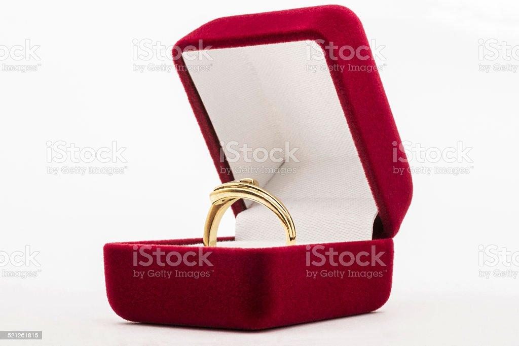 Anneau d'or en rouge boîte à bijoux violet - Photo