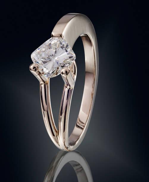 Goldener Ring mit Edelstein auf schwarzem Hintergrund isoliert – Foto