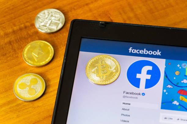 Goldene Welligkeit, Bitcoin und Ethereum Münzen liegen auf der Homepage von Facebook starten digitale Brieftasche Calibra und Kryptowährung Waage – Foto
