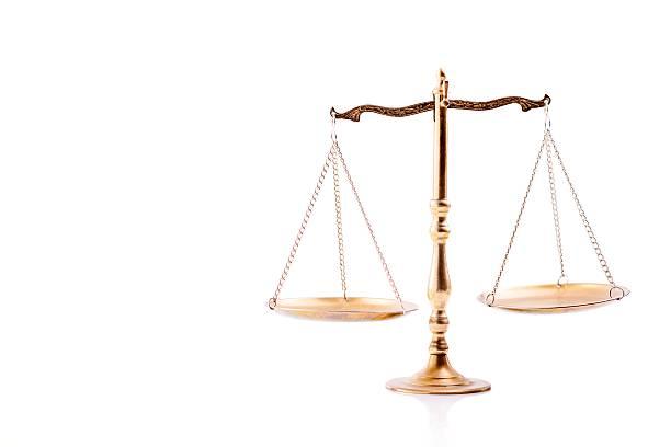 golden scales of justice. - waage der gerechtigkeit stock-fotos und bilder