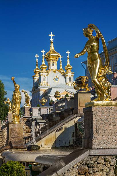 golden sculpture in peterhof, st. petersburg - peterhof stockfoto's en -beelden