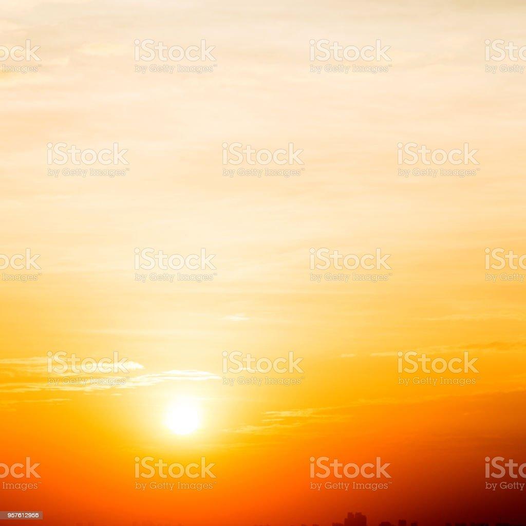 Goldenen Himmel auf die untergehende Sonne – Foto