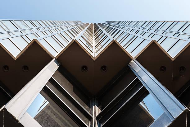 golden skyscraper in toronto - laag camerastandpunt stockfoto's en -beelden
