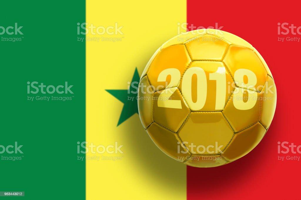 Bola de futebol dourada sobre fundo de bandeiras. - foto de acervo