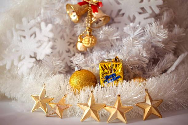 goldene sterne auf weißem hintergrund - weihnachten vietnam stock-fotos und bilder