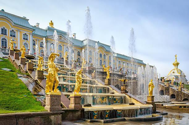 golden statues at grand cascade in petergof, russia - peterhof stockfoto's en -beelden