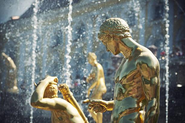 golden statues in peterhof - peterhof stockfoto's en -beelden