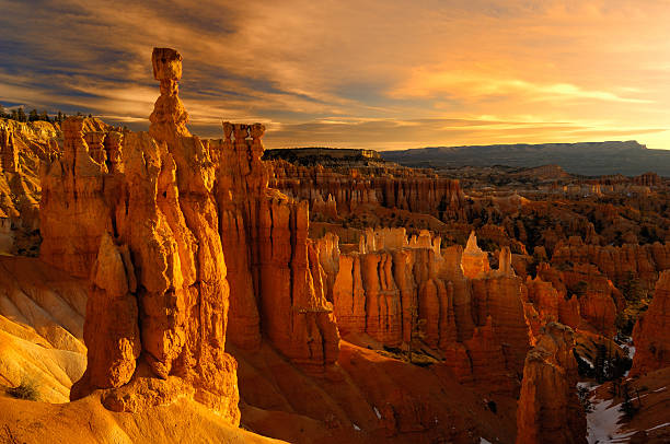 golden sunrise reflecting on thor's hammer hoodoo - bryce canyon national park stockfoto's en -beelden