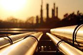 パイプライン システムと原油精製所で黄金の夕日
